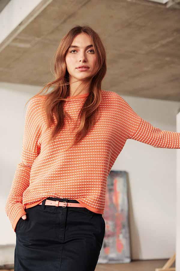 Frau in orangem Pullover von Tom Tailor Damen bei Haus der Mode Wetzlar, Casual-Look Frauen Wetzlar