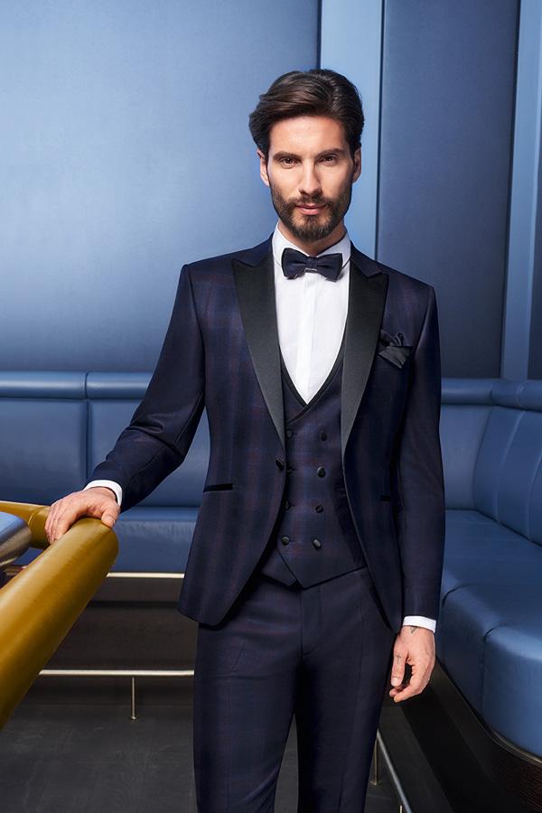 Mann in blauem Hochzeitsanzug und Weste von Haus der Mode Wetzlar, Anzüge Wetzlar