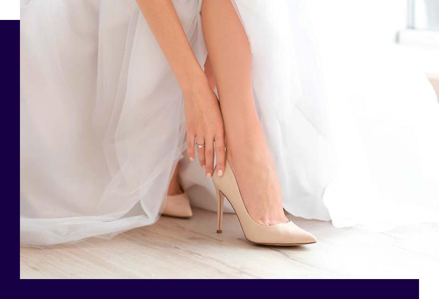 Braut zieht sich Brautschuhe von Haus der Mode Wetzlar an, Brautaccessoires Wetzlar, Aschaffenburg, Marburg